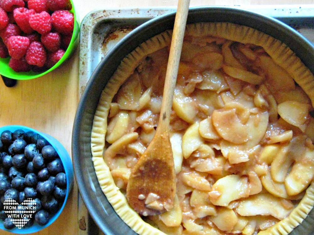 Apfel-Beeren-Kuchen mit Äpfel belegen