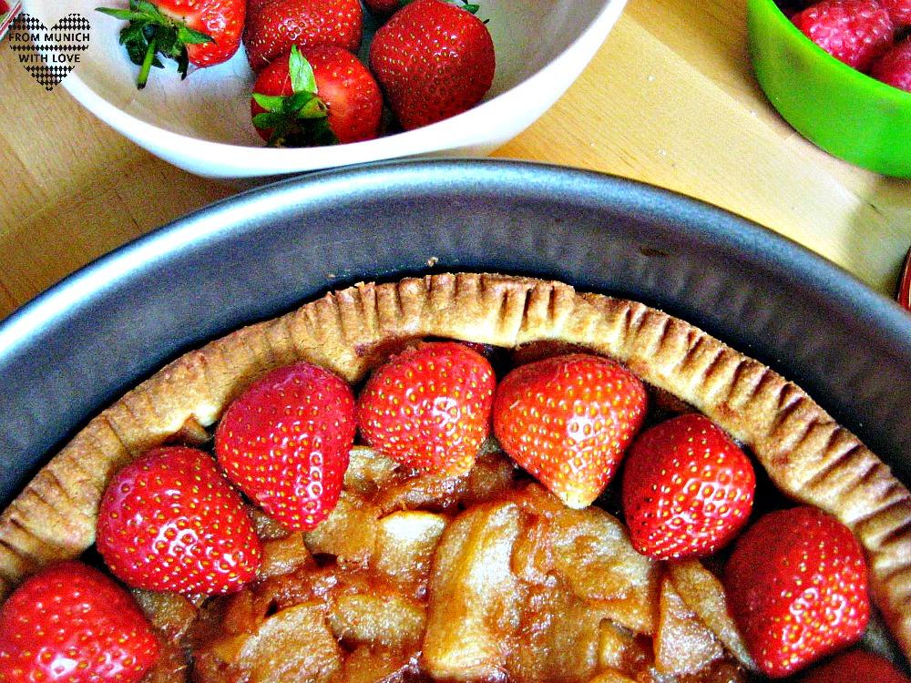 Apfel-Beeren-Kuchen dekorieren