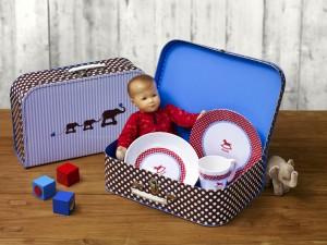 DeinKindergeschirr_Koffer mit Puppe