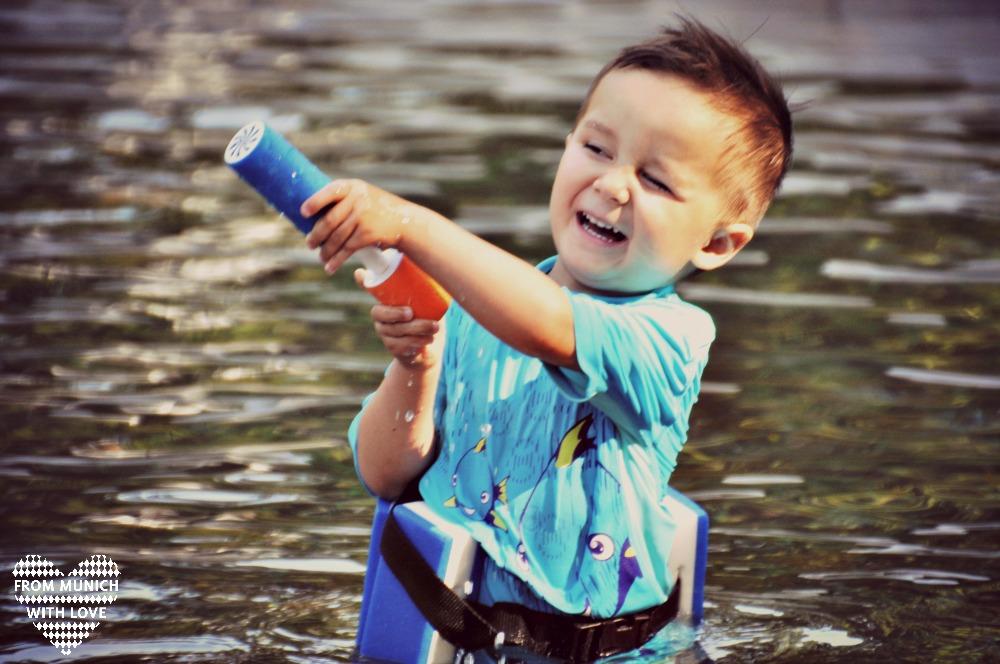 Wasserpumpe Kindergartenkind