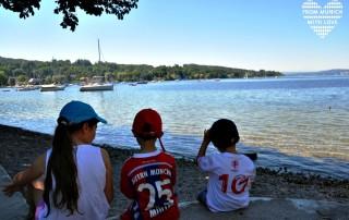 Drei Kinder am See