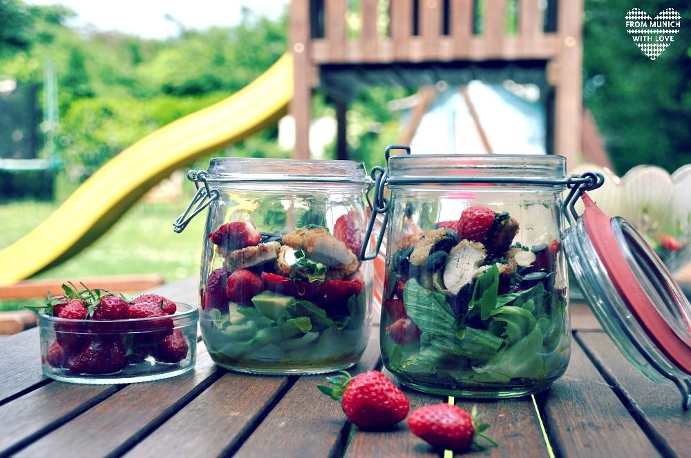 Sommersalat-mit-Erdbeeren-Avocado-Hähnchen-Tomaten