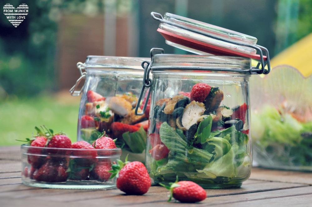 Sommersalat-mit-Erdbeeren-Avocado-Hähnchen-Tomaten-Kuerbiskerne