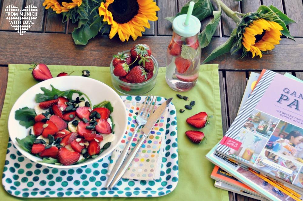 Sommersalat-mit-Erdbeeren-Mozzarella-Rucola-Balsamico